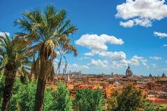 大厦大教堂圆顶、纪念碑和屋顶概要在一个晴天在罗马 库存照片