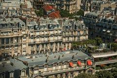 大厦屋顶和窗口在一个晴天,看从艾菲尔铁塔上面在巴黎 免版税图库摄影