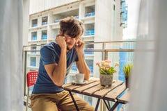 大厦工作懊恼的阳台的年轻人外面 噪声概念 从大厦尘土的空气污染 库存照片