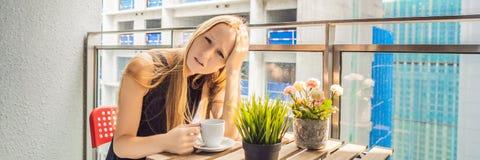 大厦工作懊恼的阳台的年轻女人外面 噪声概念 从大厦尘土横幅的空气污染 库存照片