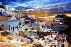 大厦希腊小山海岛santorini Oia, Fira镇 传统和著名房子和教会在破火山口 免版税图库摄影