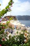 大厦希腊小山海岛santorini Oia, Fira镇 传统和著名房子和教会在破火山口 免版税库存照片