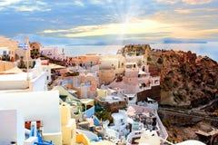 大厦希腊小山海岛santorini Oia, Fira镇 传统和著名房子和教会在破火山口 库存照片