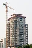 大厦建设中的起重机和的大厦 免版税库存图片