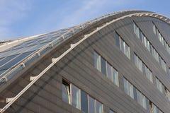大厦弯曲的玻璃现代屋顶 免版税图库摄影