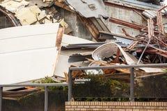 大厦拆毁与救护车入口标志 库存图片