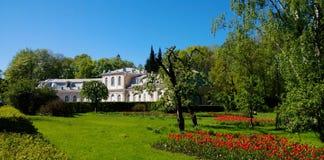 大厦是公园合奏Peterhof的疆土的一家咖啡馆餐馆 免版税图库摄影