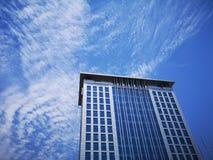 大厦是高在天空下 免版税库存照片