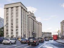 大厦杜马 沿街道Okhotny Ryad movin 免版税库存照片
