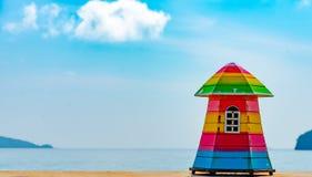 大厦概念, A海背景的玩具房子挥动 含沙 免版税图库摄影
