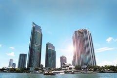 大厦江边与太阳的chao phraya 库存图片