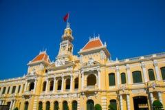 大厦法国样式在越南,亚洲 美丽的胡志明市霍尔 房子门面有华丽设计的 红旗对比 库存照片