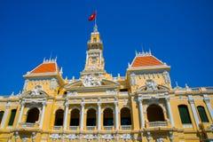 大厦法国样式在越南,亚洲 美丽的胡志明市霍尔 房子门面有华丽设计的 红旗对比 免版税库存图片
