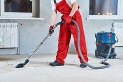 大厦清洁服务 与吸尘器的除尘 免版税图库摄影