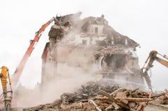 大厦爆破和碰撞由新建工程的机械 免版税库存照片