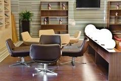 大厦现代大厅的休息室 库存照片
