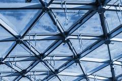 大厦玻璃屋顶有天空的看法 库存图片