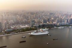 大厦瓷建筑曲柄一起仍然完成了现代新的办公室上海摩天大楼下 从东方珍珠塔的看法 免版税库存图片