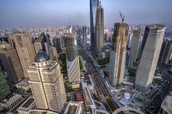 大厦瓷建筑曲柄一起仍然完成了现代新的办公室上海摩天大楼下 浦东地区摩天大楼的看法  免版税库存照片