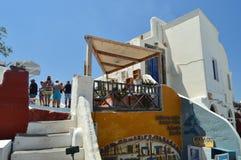 大厦的上部门面在Oia美丽的大街上的圣托里尼逃出克隆岛的  建筑学,风景,旅行,哥斯达黎加 库存照片