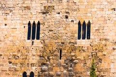 大厦的中世纪墙壁 有窗口的石墙,塔拉贡纳, Catalunya,西班牙 开始运载的卡塔赫钠市建筑的1586 1721次攻击被设计结束其老持续的顺序保护遭受的阶段围住墙壁是 复制空间 库存图片