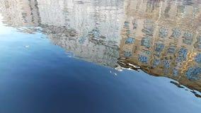 大厦的反射在水中 股票视频