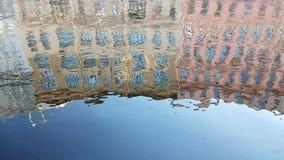 大厦的反射在水中 影视素材