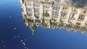 大厦的反射在水中 股票录像
