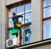 大厦的工作者洗涤的窗口 免版税图库摄影
