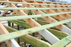 大厦的木结构 木制框架大厦 木屋顶建筑 家的照片 大厦城市房子莫斯科 免版税库存照片