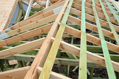 大厦的木结构 木制框架大厦 木屋顶建筑 家的照片 大厦城市房子莫斯科 免版税库存图片