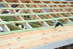 大厦的木结构 木制框架大厦 木屋顶建筑 家的照片 大厦城市房子莫斯科 库存照片
