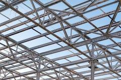 大厦的未完成的钢建筑上面金属射线建设中 库存照片