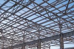 大厦的未完成的钢建筑上面金属射线建设中 图库摄影