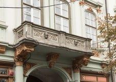 大厦的片段与一个装饰阳台的在Nicolae Balcrscu街道上在锡比乌市在罗马尼亚 库存图片
