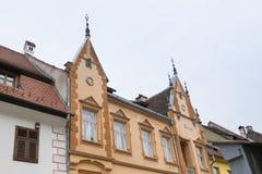 大厦的片段在学校街道上的在老城市城堡  Sighisoara市在罗马尼亚 免版税图库摄影