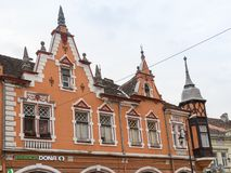 大厦的片段在街道欧洲委员会- Sighisoara市的中央街道上的在罗马尼亚 免版税库存照片