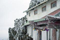大厦的片段附有岩石在山佛教徒修道院里 免版税库存图片