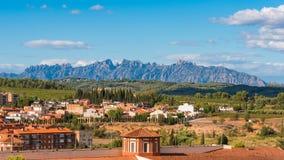 大厦的看法在蒙特塞拉特,巴塞罗那,卡塔龙尼亚,西班牙山的谷的  复制文本的空间 免版税库存图片