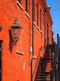 大厦的砖红色墙壁 免版税库存图片