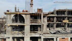 大厦的空中射击在建筑过程中的 辛苦工作在大建造场所 影视素材