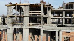 大厦的空中射击在建筑过程中的 辛苦工作在大建造场所 股票录像