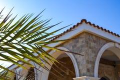 大厦的角落与曲拱和一个铺磁砖的屋顶的 免版税库存照片