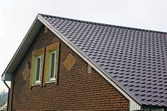 大厦的门面与一个窗口和屋顶的在瓦片下 库存照片