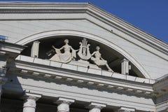 大厦的门面与雕塑的 雕塑-有竖琴的两个女孩 库存图片