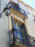大厦的门面与Windows和阳台的 在房子的灯笼 免版税库存照片