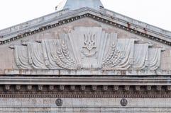 大厦的门面的装饰在中心广场 徽章乌克兰的 免版税库存照片