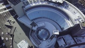 大厦的顶视图与圆顶屋顶的 构筑在圆顶结构天花板 股票录像