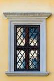 大厦的黄色与格栅的墙壁和窗口 免版税库存图片