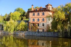 大厦看法在秋天公园, Bukor Bukyi,乌克兰 免版税图库摄影